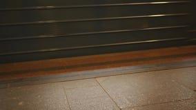 地铁的运动在地铁隧道的 冲的人们工作在地铁车站 股票视频