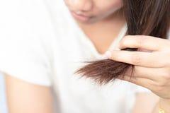 医疗保健香波和美容品概念的妇女严肃的掉头发问题 免版税库存照片