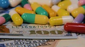 医疗药片在美元 昂贵的药物,配药事务 药物的发展和生产 影视素材