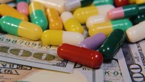 医疗药片在美元 昂贵的药物,配药事务 药物的发展和生产 股票录像