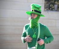 土尔沙美国3-16-2019人打扮象与绿色胡子和帽子凹凸部的妖精在每年圣帕特里克节奔跑 免版税库存图片