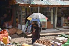 土豆卖主和伞,亚的斯亚贝巴,埃塞俄比亚 库存照片