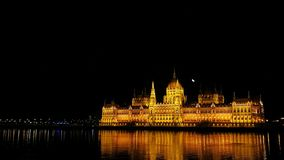 匈牙利议会的大厦的夜视图在布达佩斯,匈牙利 免版税库存图片