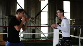 圆环的年轻拳击手在便服制定出互相的拳打 人训练,训练罢工和反应 老 影视素材
