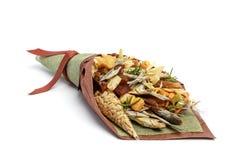 包括干咸鱼、盐味花生、薄脆饼干、干面包和其他啤酒快餐的原始的花束隔绝在白色ba 免版税库存图片