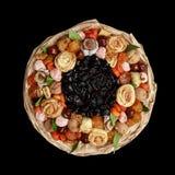 包括干果,在黑背景的顶视图的独特的礼物花束 库存图片