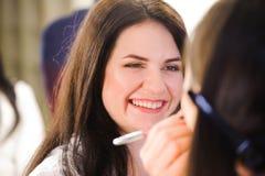 化妆师应用唇膏 美丽的表面妇女 完善的构成 库存照片