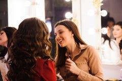 化妆师应用唇膏 美丽的表面妇女 完善的构成 库存图片