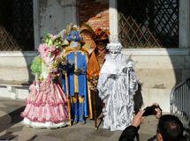 化妆舞会服装的人们在威尼斯式狂欢节在2010年2月 免版税库存图片