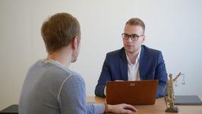 劝告年轻的法学家客户在律师事务所 咨询在办公室的法律专家 股票录像