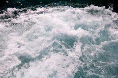 动荡由海水泡沫做了由一条高速游艇在海表面  与全部的蓝色海波浪海泡沫 库存照片