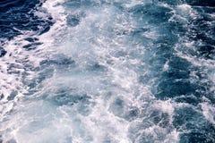 动荡由海水泡沫做了由一条高速游艇在海表面  与全部的蓝色海波浪海泡沫 免版税图库摄影