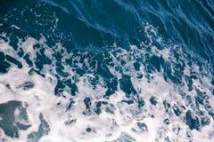 动荡由海水泡沫做了由一条高速游艇在海表面  与全部的蓝色海波浪海泡沫 免版税库存图片