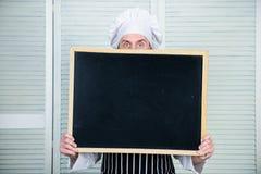 厨师举行黑板拷贝空间后边皮面孔 食谱概念 逐步烹调可口膳食 今天的菜单 库存图片