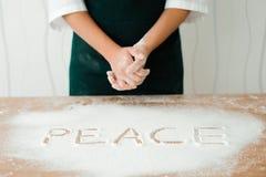 厨师在厨房里准备面团-做面团的过程 免版税图库摄影