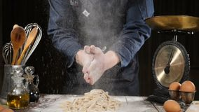 厨师拍的手用面粉,当做比萨、面团、烘烤的面包和酥皮点心甜点的时面团 慢的行动 影视素材