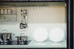 厨房辅助部件,盘 现代内部的厨房 免版税库存图片