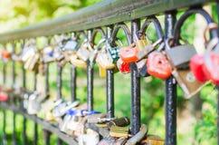 垂悬在桥梁的取决于的爱锁 免版税库存图片