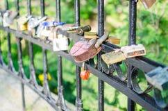 垂悬在桥梁的取决于的爱锁 免版税库存照片
