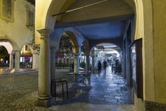 历史的意大利镇在晚上 圣朱廖,方形的莫塔 免版税库存图片