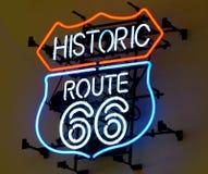 历史的路线66,在红色和蓝色光的霓虹灯广告 库存照片