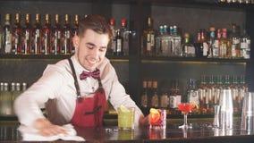 制服的专业年轻侍酒者抹酒吧在轮班工作开始前 股票视频