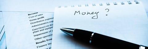 分析投资声明和fianancial报告,金钱的问题赢利的商人 库存图片