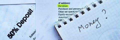分析投资声明和fianancial报告,金钱赢利的商人 库存图片