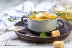 分裂豌豆浓汤用油煎方型小面包片 库存照片
