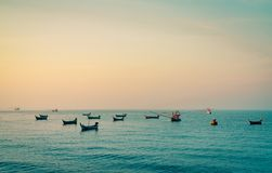Łódź rybacka z pięknym zmierzchu niebem Łódź rybacka zakotwiczał przy Koh Kood, Tajlandia przy półmrokiem Spokojny i pokojowy poj fotografia stock