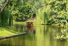 Łódkowata wycieczka w miasto parku w pogodnym letnim dniu zdjęcia stock