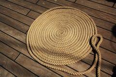 Łódkowatej arkany okręgi na drewnianym pokładzie Tło, tekstura zdjęcia stock