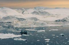 Łódkowaty żeglowanie wśród ogromnych gór lodowych w Ilulissat icefjord, Greenland obraz royalty free