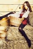 Ładna dziewczyna na słomianych belach zdjęcia royalty free