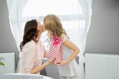 Ładna dziewczyny gratulowania matka i dawać teraźniejszość zdjęcia stock