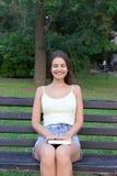 Ładnej dziewczyny skończony czytanie książka Kobieta zadawala szczęśliwa końcówka w książce Dama siedzi z zamkniętymi oczami i od zdjęcia royalty free
