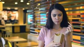 Ładny żeński bierze francuz smaży uśmiecha się, fast food przekąska, zadowolony klient zdjęcie wideo