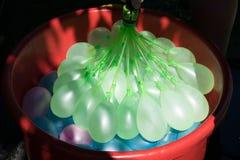 Ładowniczy w górę i narządzaniu dla «wodnego balonu bitwy « fotografia royalty free