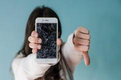 Łamany szkło ekranu smartphone w ręce wzburzona kobieta zdjęcia stock