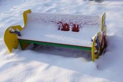 Ławka boisko zakrywający z śniegiem Zima Rosja ilustracji