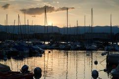 Łodzie i jachty w Lemańskim Jeziornym marina, Lemański miasto Szwajcaria zdjęcia stock