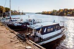Łodzie i jachty w schronieniu fotografia stock