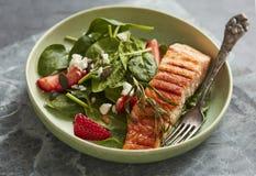 Łososiowa sałatka z szpinakami i truskawkami zdjęcie royalty free