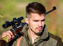 Łowieckie umiejętności i broni wyposażenie Jak zwrota polowanie w hobby Brodaty mężczyzny myśliwy Wojsko siły kamuflaż militate zdjęcie stock