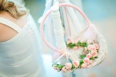 Łozinowy kosz w pastelowych kolorach - Doskonalić ślubna dekoracja zdjęcia stock