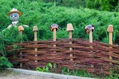 Łozinowy ogrodzenie z strachem na wróble zdjęcie royalty free