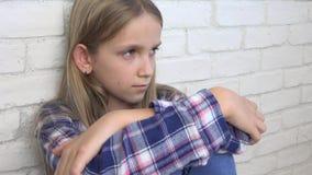 哀伤的孩子,不快乐的孩子,消沉的病的不适的女孩,被注重的体贴的人 股票录像