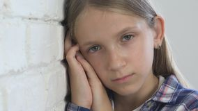 哀伤的孩子,不快乐的孩子,消沉的病的不适的女孩,被注重的体贴的人 股票视频