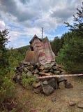 儿童s小屋由分支做成在森林里 免版税库存图片