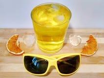 冰浮游物片断在一杯的汁液 图库摄影
